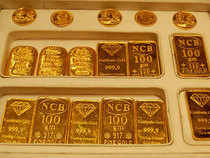 Gold rises on weaker dollar, heads for 1st weekly gain in four