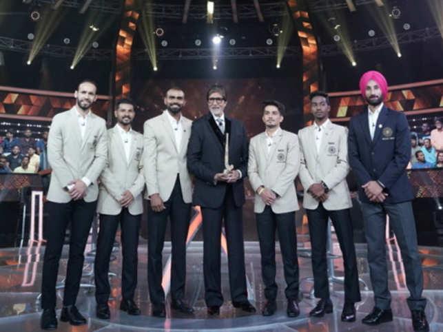 Amitabh Bachchan with the Indian men's hockey team