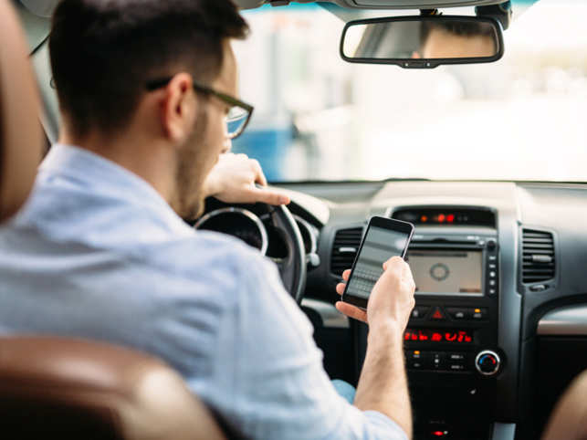 driving-smartphone_ThinkstockPhotos
