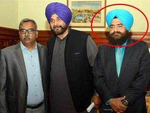 Navjot Sidhu plays down photo with Khalistani leader Gopal Chawla in Kartarpur