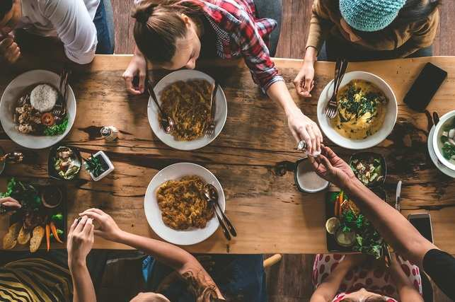 food eat friends dinner GettyImages-860818140
