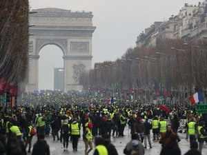Paris hit by fresh anti-Macron protests