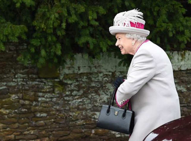 d87dc8c809ab Everlasting love  Queen Elizabeth has been using the same handbag for 50  years. The Launer handbag is one ...