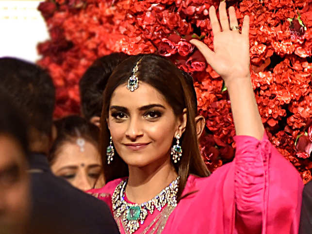 """Sonam Kapoor called out for wearing """"plagiarised"""" Anamika Khanna outfit"""