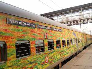 Dacoits loot passengers of Jammu-Delhi Duronto express at knifepoint