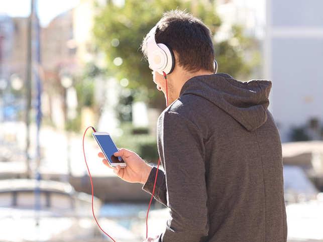 music-headphones2_ThinkstockPhotos