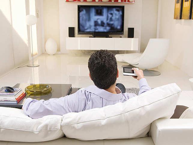 TV-man-remote--ThinkstockPh