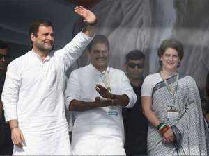 Huge crowd greets Rahul, Priyanka at Kozhikode airport