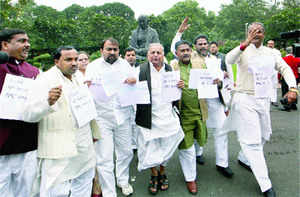 SP chief Mulayam Singh Yadav (L) with party MPs demanding a JPC probe into 2G scam at Parliament House on Thursday — PTI
