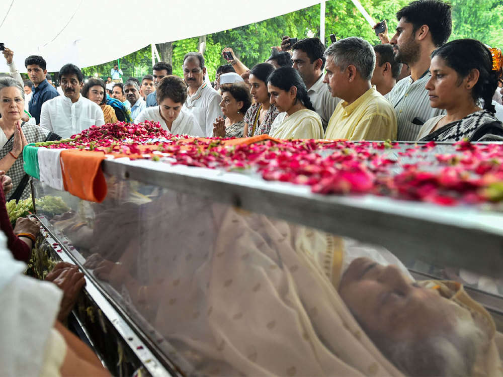 Thousands rush to mourn Dikshit, create chaos at cremation