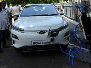 Hyundai Kona EV explodes and causes a garage fire