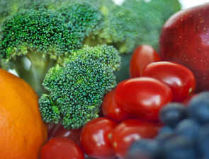 Stock fridge with apples, broccoli: Flavonoid-rich diet can protect against cancer, heart disease