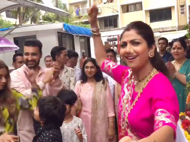 Shilpa Shetty was seen dancing with husband Raj Kundra during Ganesh Visarjan.