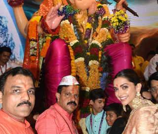 Ahead of Ganpati Visarjan, Deepika Padukone offers prayers at Lalbaugcha Raja