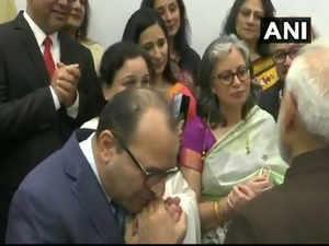At a Kashmiri Pandit meet in Houston, one member gets emotional, thanks PM Modi on behalf of 7 lakh Kashmiri Pandits