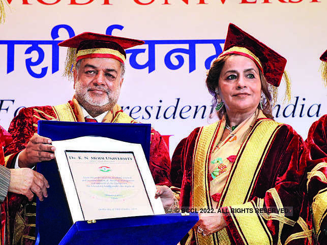 Bina Modi being conferred the award by the Dr KN Modi University