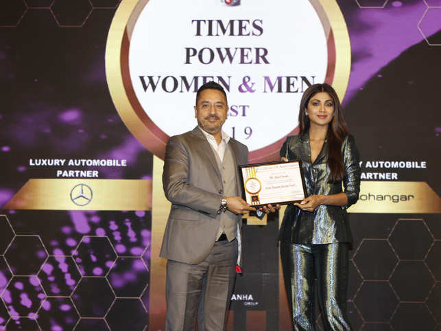 Ameet Parekh being felicitated as Iconic Business Coach by Shilpa Shetty Kundra at the Times Power Men Event.