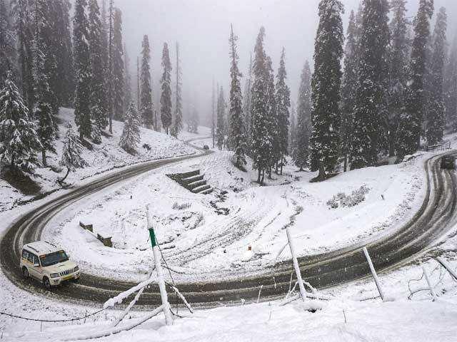 Kashmir Valley witnesses season's first snowfall - Kashmir blanketed in  fresh snowfall | The Economic Times