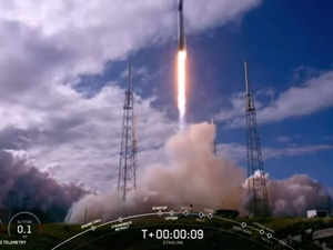 SpaceX launches 60 more mini satellites for global internet
