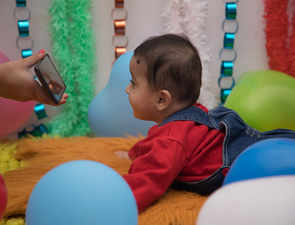 Keep your toddler away from smartphones & tablets; screen time habits may kick off early
