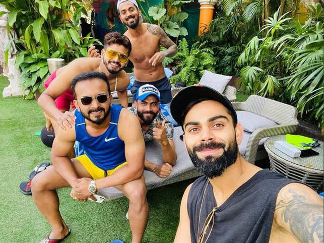 In the photograph, Virat can be seen chilling with his fellow team members Ravindra Jadeja, KL Rahul, Kedar Jadhav, Yuzvendra Chahal, Rishabh Pant, Shreyas Iyer and Manish Pandey.
