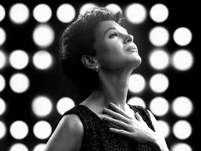 Renee Zellweger has managed to recreat the mannerisms, expressions and vocal power of Judy Garland.