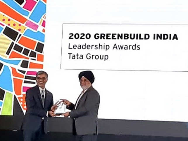 Harleen Oberoi, Sr. VP & Head Project Management from Tata Realty receiving the award