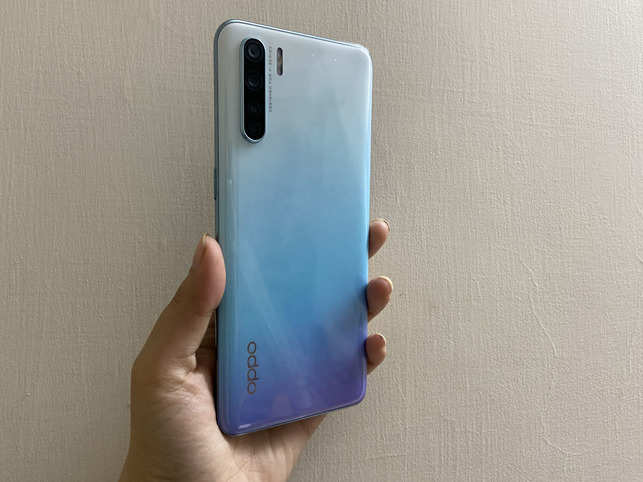 The tiny notch and slim bezels complement the 6.4-inch AMOLED display, which offers a pleasant viewing experience with vibrant colours as well as deep blacks.