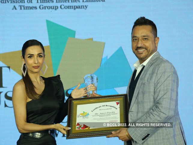 Coach Ameet Parekh being felicitated by Malaika Arora as 'Pioneer in Business Coaching' during the ET Business Icon awards 2020