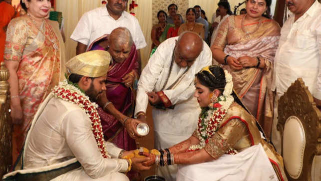 Watch: HD Kumaraswamy's son Nikhil ties knot with Revathi flouting social distancing norms