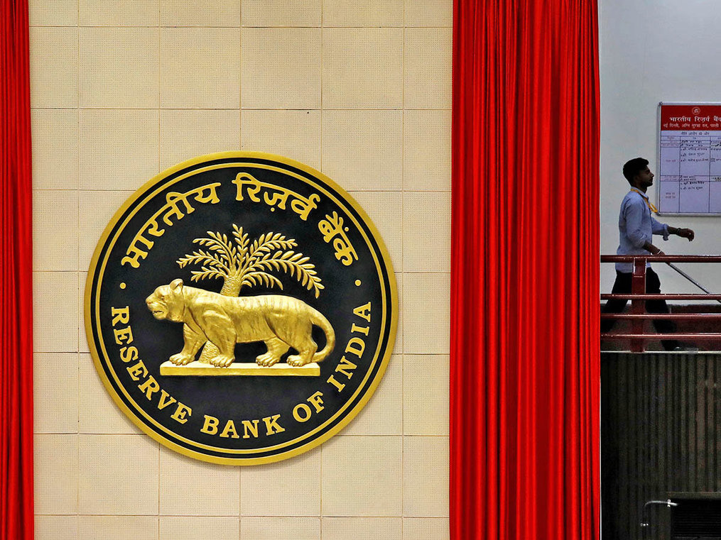 Hold 26% stake in state-run banks, give longer tenure to CEOs: RBI to government