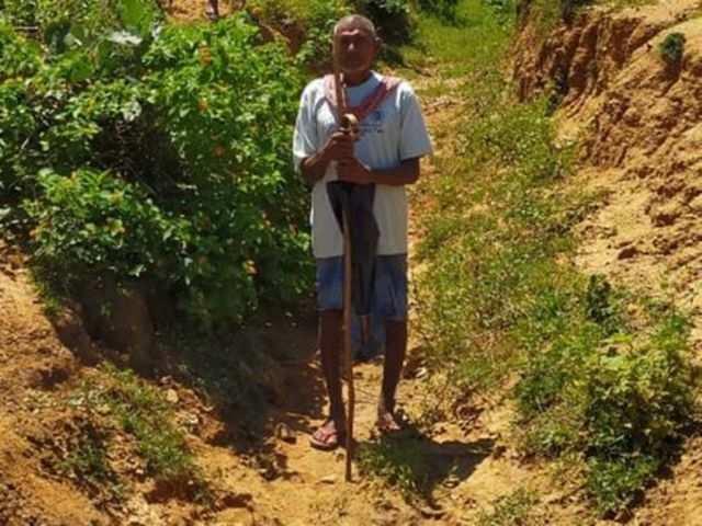 भुइयां की मेहनत - पहाड़ों से उतरने वाले पानी को खेत तक लाने के लिए 30 साल  में बना डाली तीन किमी की नहर | ET Hindi