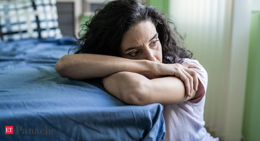 Sleeping six hours or less in middle age is associated with an increased risk of dementia, a new study says