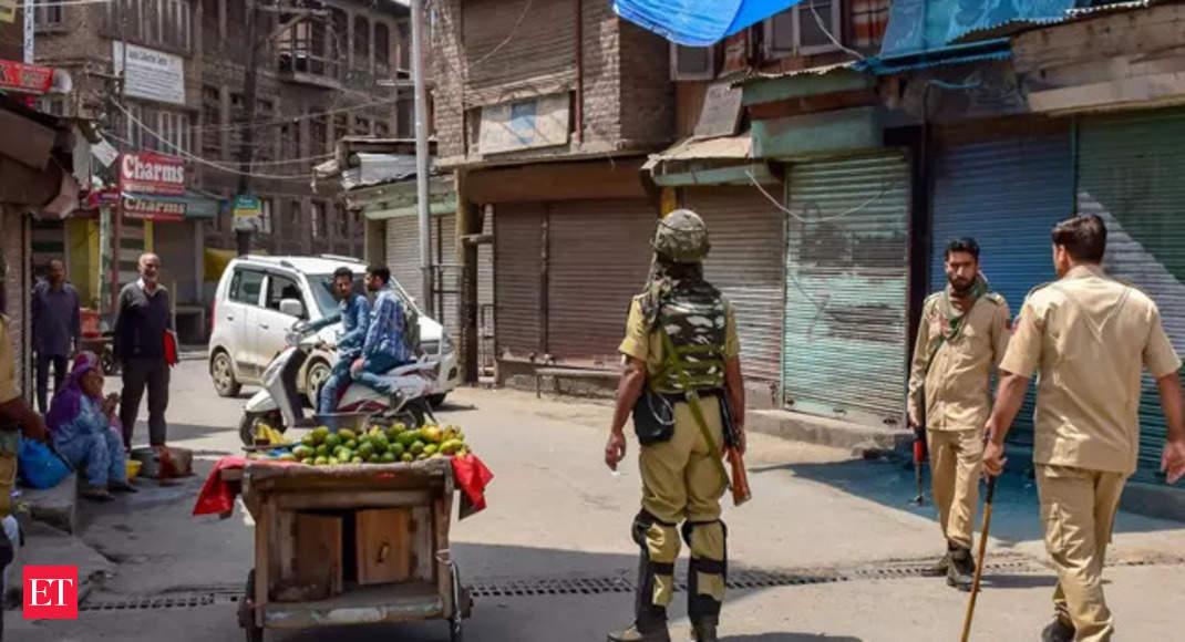 2 cops, soldier injured; Militant killed