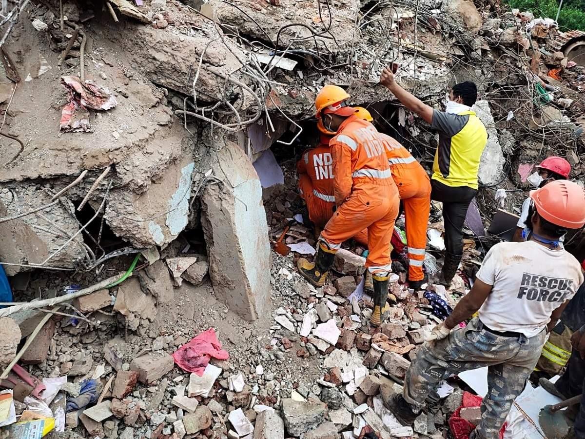 तीन मंजिला इमारत गिरने से कई लोगों की हुई मौत ,मलबे में 10 घंटे से फंसे शख्स को NDRF ने बचाया