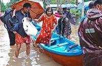 Kerala floods: Life comes to a standstill; Rain to continue for next 2 days