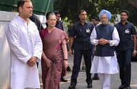 Watch: Rahul Gandhi, Sonia Gandhi and Manmohan Singh visit ND Tiwari's residence