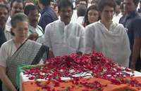 Sonia, Priyanka Gandhi, Manmohan Singh pay tribute to Sheila Dikshit