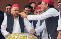 Mulayam Singh Yadav celebrates his 81st birthday with party workers in Lucknow