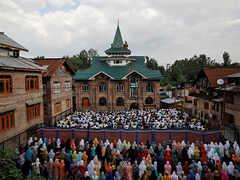Troops let Muslims walk to mosques in Kashmir on Eid al-Adha